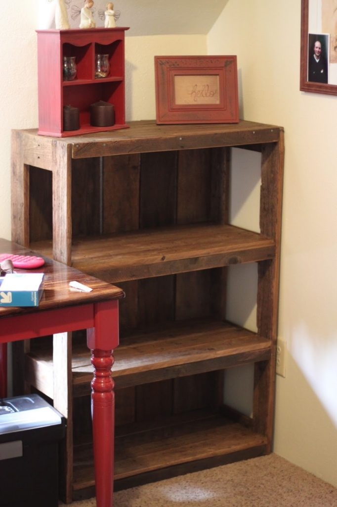 DIY Easy Pallet Bookshelf